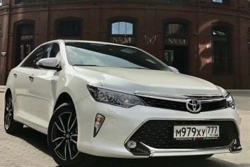 Белая Toyota Camry