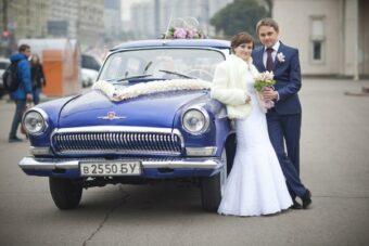 Свадебная пара на фоне Волги 21