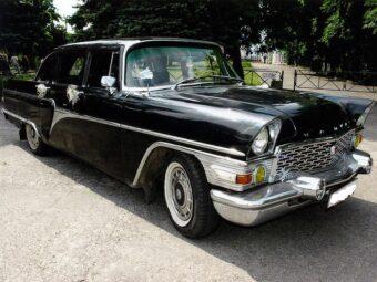 Черный ретро автомобиль ГАЗ 13 Чайка