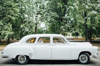 Белоснежный ретро автомобиль ГАЗ-12